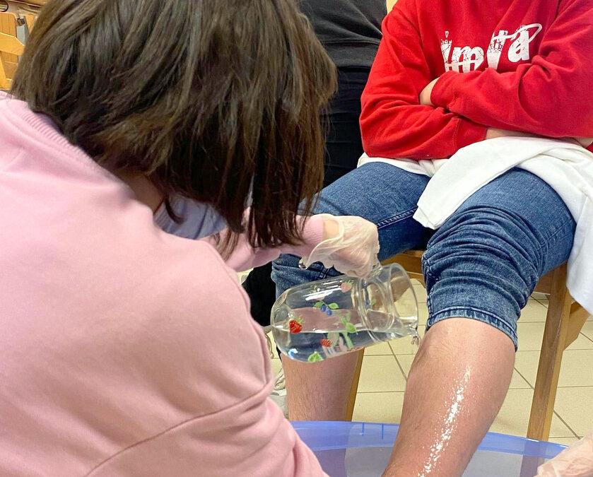 Le pédiluve nécessite un peu de matériel : une bassine, un nettoyant, une alèse, des serviettes, de l'eau tiède et un broc d'eau pour pouvoir rincer le pied une fois nettoyé -MFR PUY SEC-