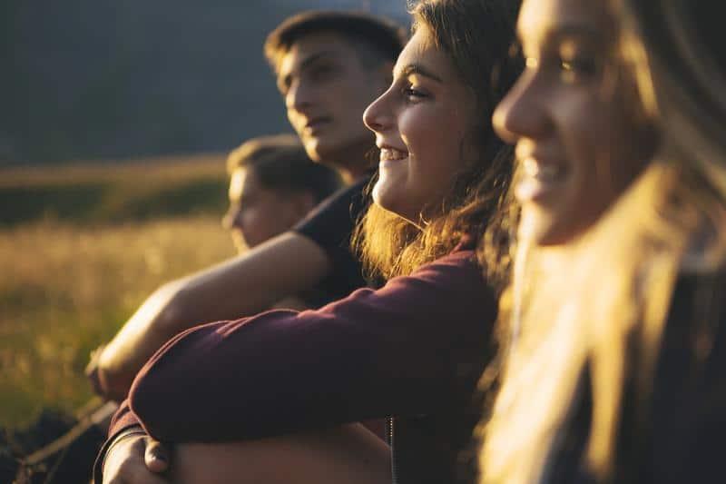 Groupe de jeune regardant vers l'avenir